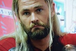 25-chris-hemsworth-hairstyle-with-long-blonde-hair